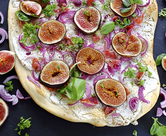 flammkuchen with figs and goats cheese inspired by k chenmeister website frie inger m hle en. Black Bedroom Furniture Sets. Home Design Ideas